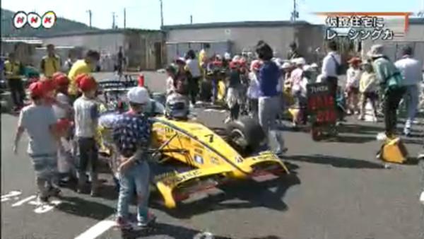 石巻市渡波の仮設住宅にレーシングカー