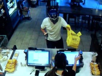 【動画】スタバにトランスフォーマーのマスクで武装強盗 58歳の男性にボコボコにされて逮捕