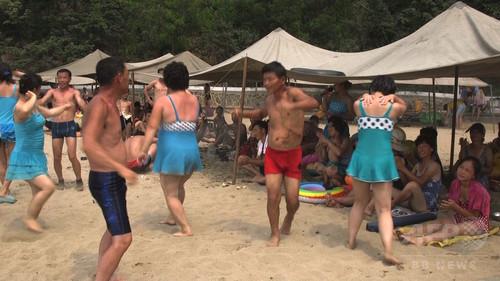 【動画】北朝鮮の海水浴場で遊ぶ人々を撮影
