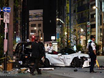 【画像】秋葉原でS2000とJPN TAXIの全損事故。駆けつけたパトカーに酔っ払いが乗り込みクラクション乱打w